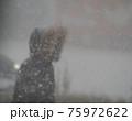 吹雪の歩く人 75972622