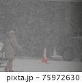 吹雪の歩く人 75972630