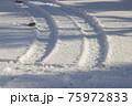 冬のタイヤ足跡 75972833