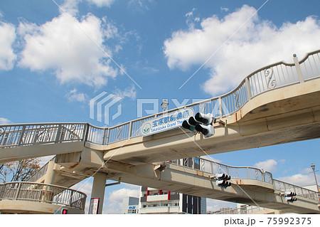 宝塚歌劇前の陸橋 75992375