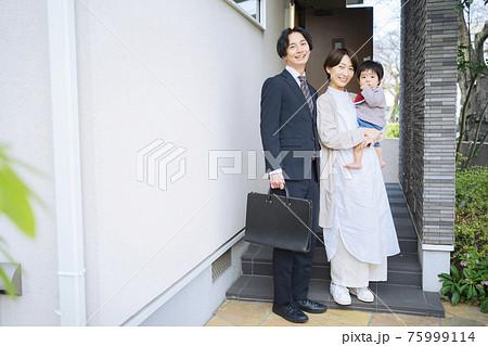夫を見送る妻と赤ちゃん 75999114