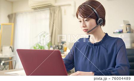 オンライン授業を受ける女性 ビデオ会議 テレワーク リモートワーク 76004489