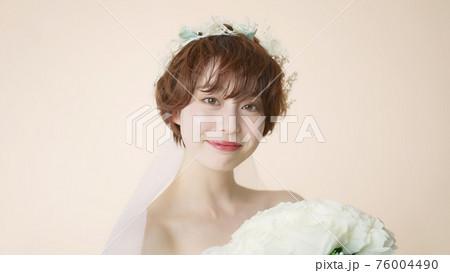 ウェディングドレスの女性 ブライダル 花嫁 76004490