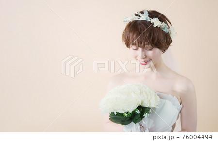 ウェディングドレスの女性 ブライダル 花嫁 76004494