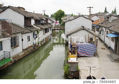 朱家角の運河と町並み(中国・上海市) 76004665