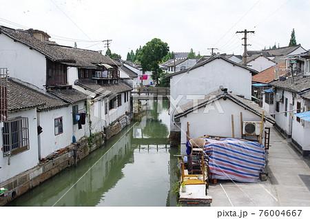 朱家角の運河と町並み(中国・上海市) 76004667