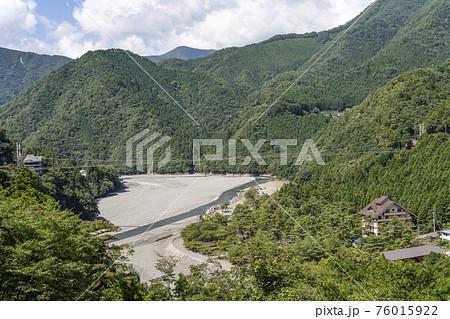 夏の谷瀬の吊り橋 76015922