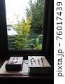 窓際にディスプレイされたアクセサリー 76017439