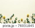 ゴールドステッィックとユーカリが並んでいる花背景フレーム【横位置】 76031845