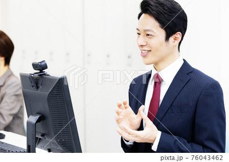 webカメラで会話する男性会社員 リモート会議 76043462