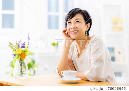 紅茶を飲むシニア女性 76046946