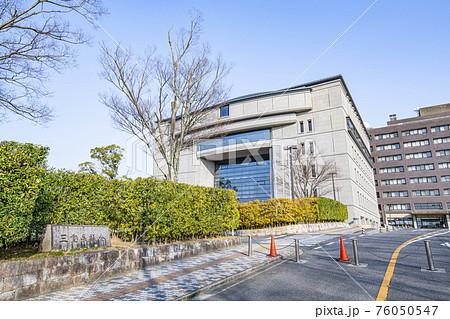 三重県津市 晴天の三重県議会議事堂 76050547