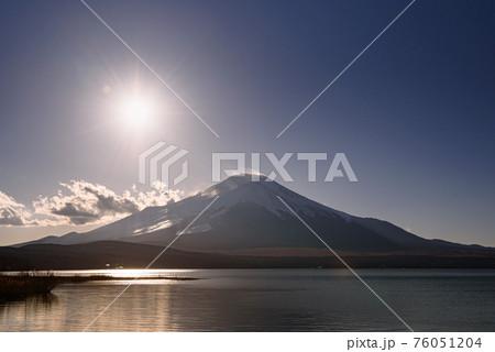 輝く太陽と富士山のシルエット(山中湖) 76051204