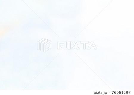 ホワイトにカラフルなグラデーション 76061297