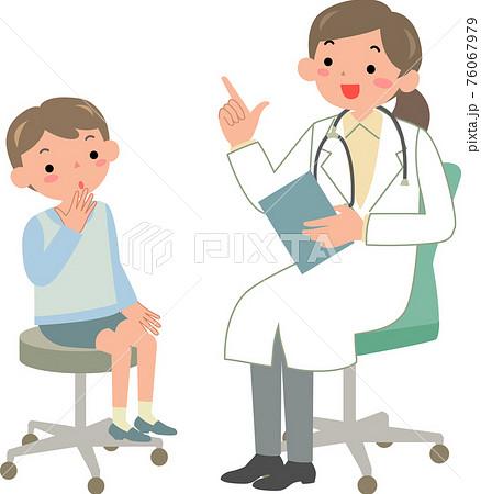 男の子を診察する女性医師 76067979