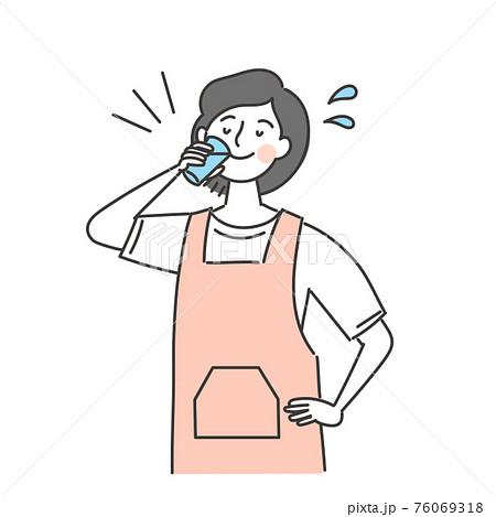 水分をとるエプロンの女性 76069318
