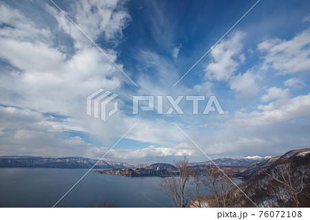 冬の晴れた日の発荷峠展望台から十和田湖 76072108