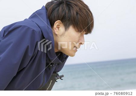 海辺でジョギングする男性 ミドル 76080912