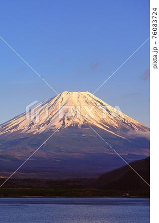 夕方の紅富士と快晴の空(本栖湖) 76083724