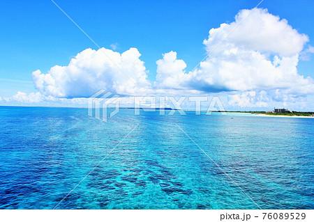 沖縄 宮古島の青空と青い海 76089529