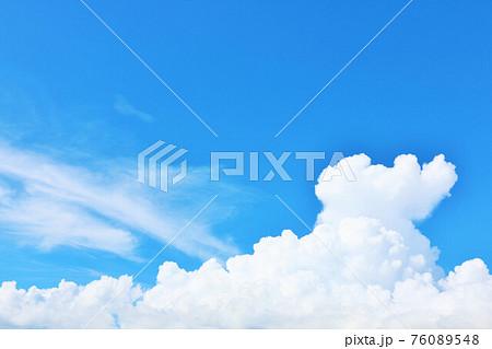 沖縄県 夏の青空と白い雲 76089548