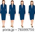 正面から見るスーツを着た歩くビジネスウーマン。ベクター素材 76099750