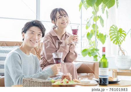 自宅でワインを楽しむカップルのポートレート 76101983
