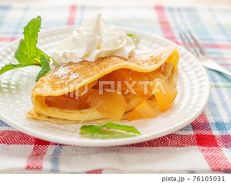 りんご煮とホイップクリームを添えたクレープ 76105031