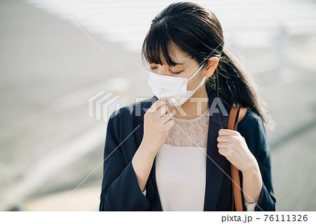 マスクをつけて通勤するビジネスウーマン 76111326