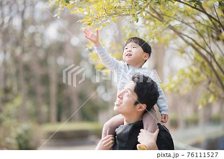 子供と遊ぶ父親・育児に積極的な男性イメージ 76111527