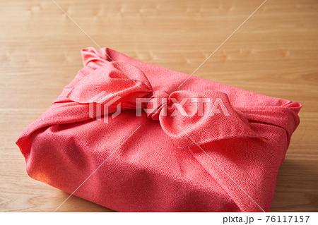 風呂敷で包んだ贈り物 76117157