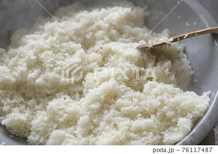 炊き立てのもち米 もち米 もち屋 餅屋 職人 正月 大晦日 穀物 祝い 風習 湯気 76117487