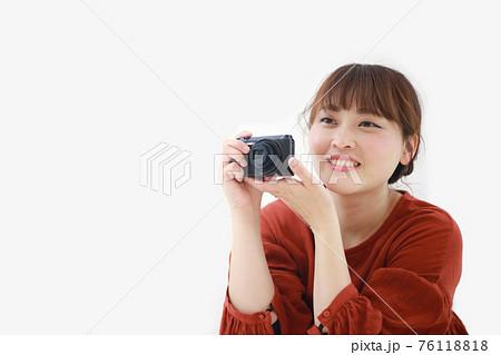 コンパクトデジタルカメラで写真を撮る女性 76118818