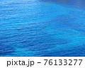 海の上を飛ぶ一羽のトンビ 76133277