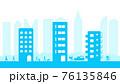マンションやアパートの立ち並ぶ通りを往来する人々と都会の背景 76135846