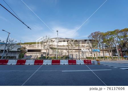 外苑西通りに有る東京体育館 76137606
