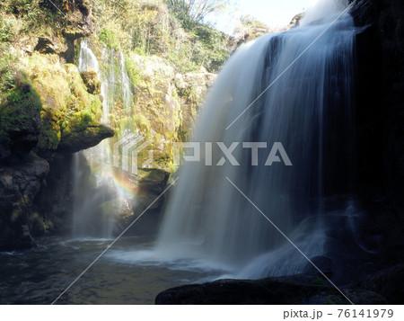 虹のかかる黄牛の滝 大分県竹田市刈小野 76141979