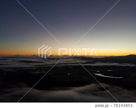 熱気球でマリーバ上空から撮影した朝焼け 76143853