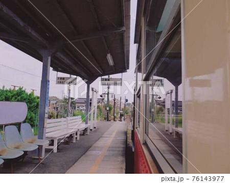 電車の窓に映る駅 小湊鉄道・上総牛久駅での風景 76143977