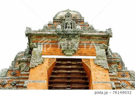タマン・アユン寺院の中央の巨大な門 76149032