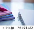 ビジネスイメージ・書類・手帳・女性 76154182