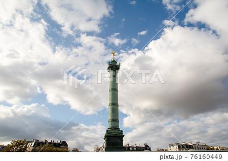 パリのバスティーユ広場に建つ金の天使の付いた塔 76160449