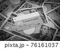 キャッシュカードと1万円札 銀行カード カードローン 預金 ICカード バンクカード 76161037