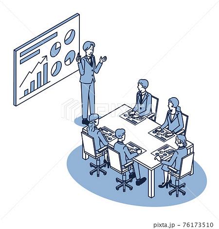 プロジェクターで映し出された資料を使用して会議をする男女の会社員 76173510