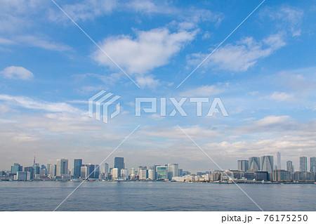 高層ビルが建ち並ぶ東京湾沿いのパノラマ風景 76175250