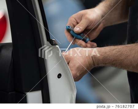 Repairing dents in a car 76182707