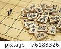将棋の駒とミニチュアのビジネスマン 76183326