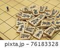 将棋の駒とミニチュアのビジネスマン 76183328