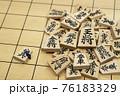 将棋の駒とミニチュアのビジネスマン 76183329