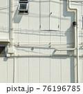 白い壁と窓と配管 76196785